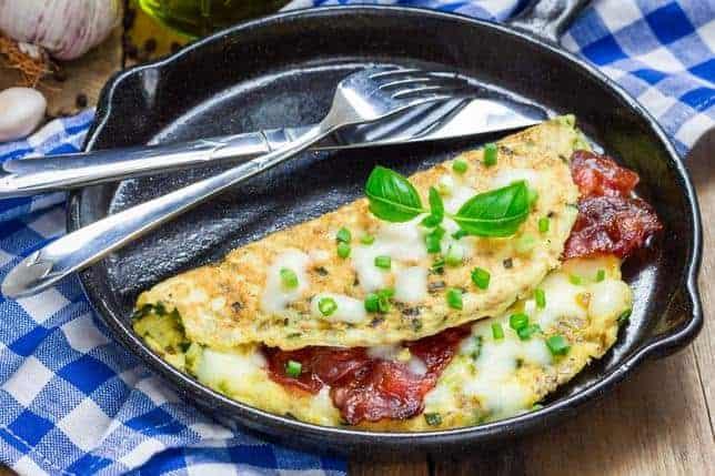 en omelet i en stegepande