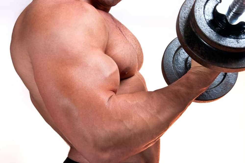 mand med håndvægte