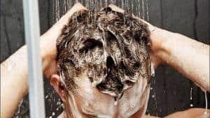 se laver les cheveux sous la douche