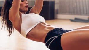 une femme exerce ses muscles abdominaux