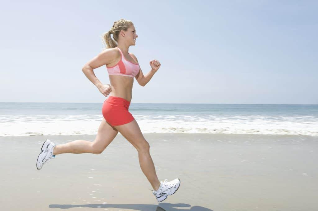 La femme qui court dans les vêtements de sport