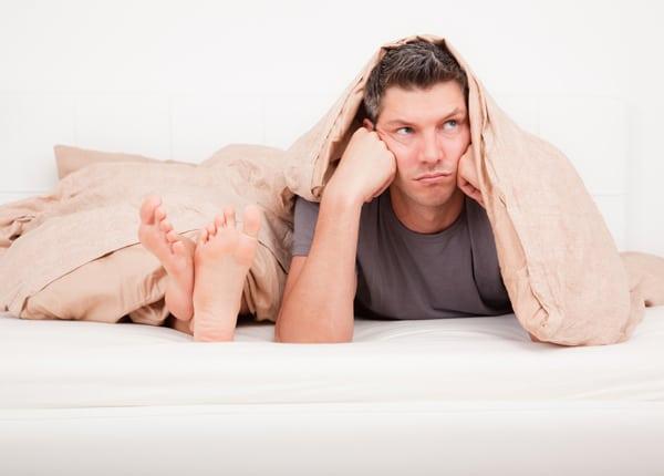 Un homme frustré au lit