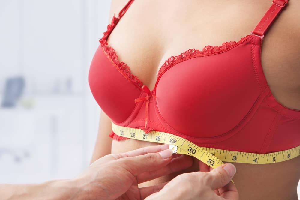 seins féminins mesurés avec un centimètre