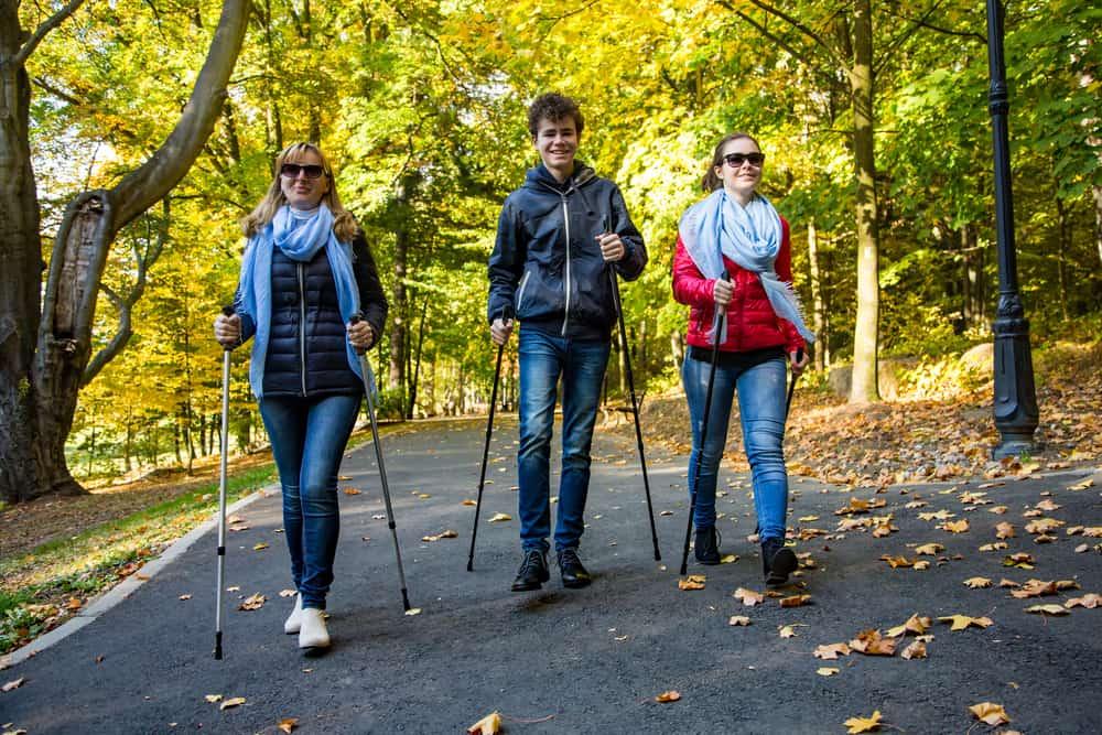 Marche nordique dans le parc