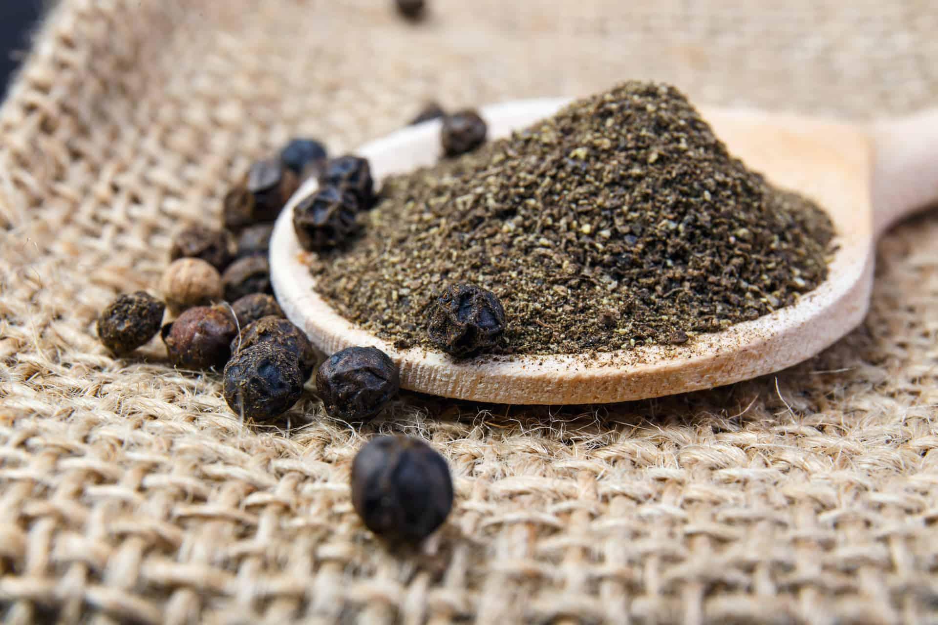 grains de poivre noir et poivre noir moulu