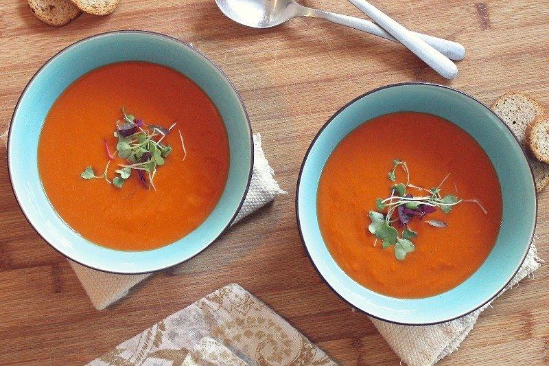 grietinėlės sriuba dubenėliuose