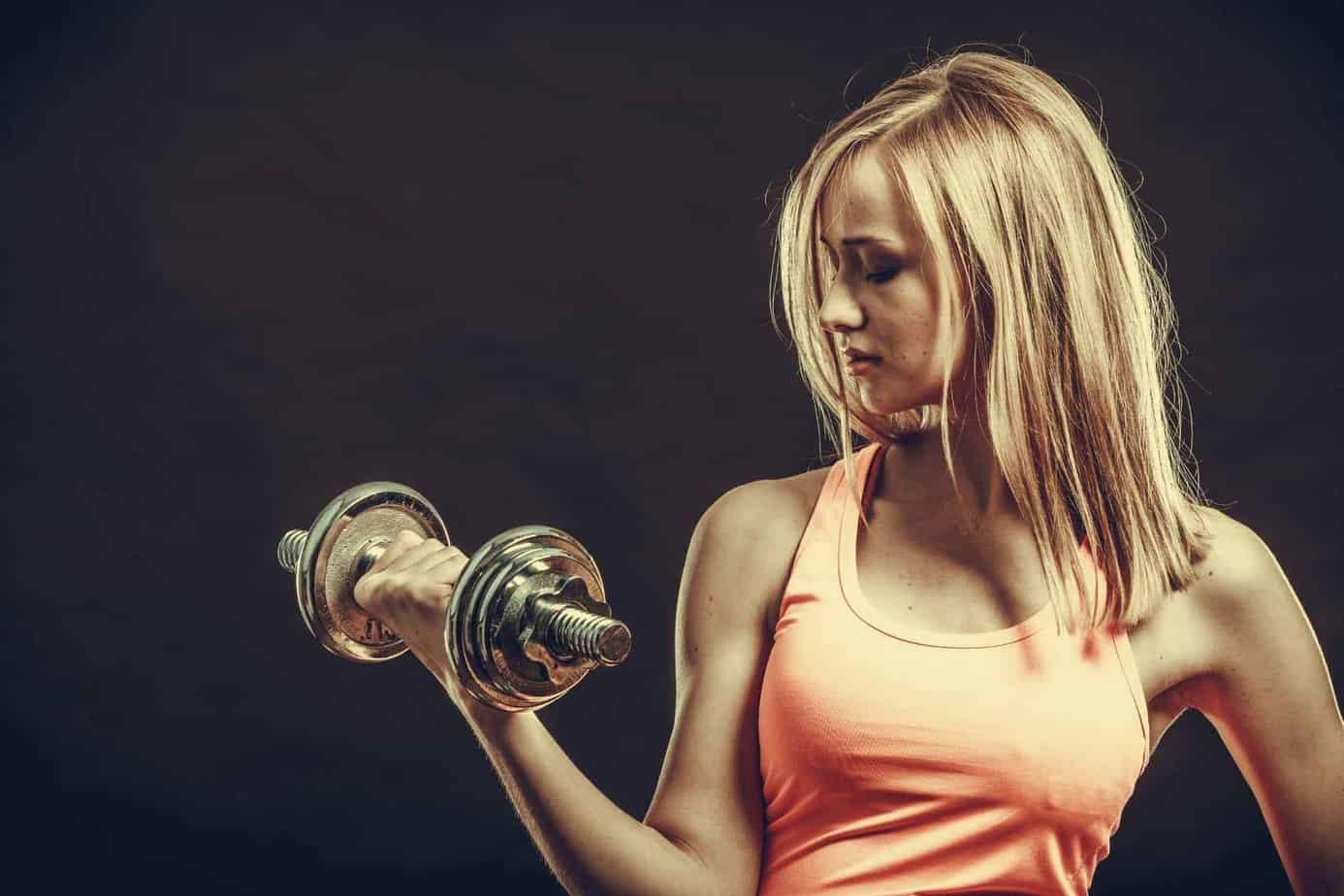 vrouw oefent spieren