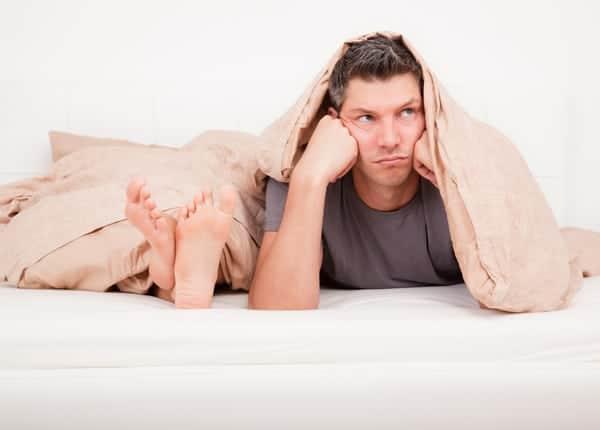 Een gefrustreerde man in bed