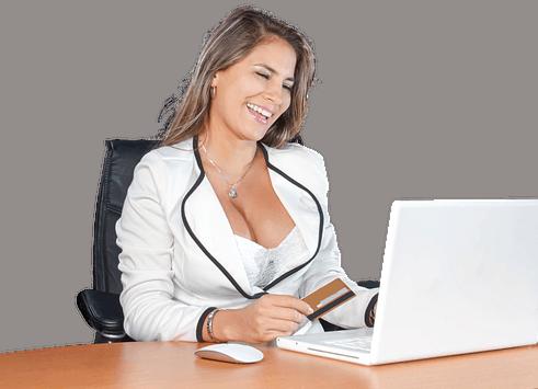 vrouw met grote borsten aan de computer