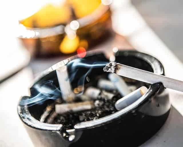 cigarro no cinzeiro