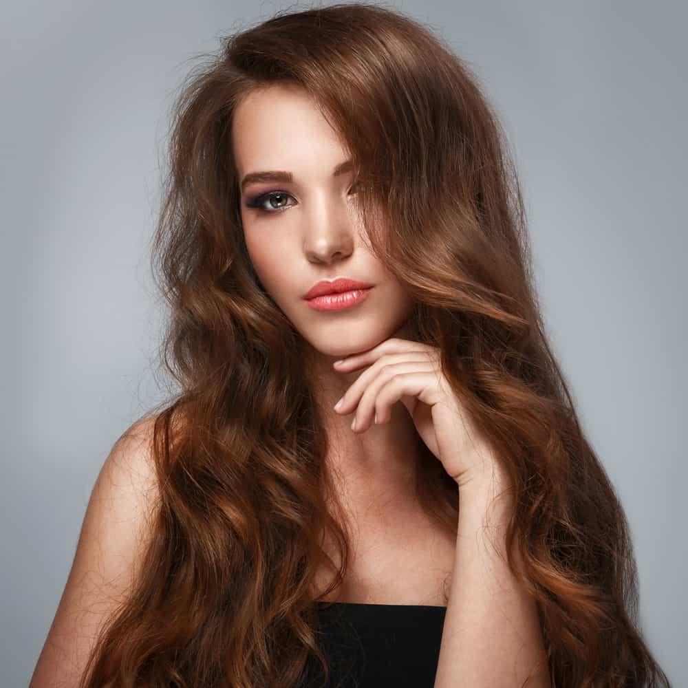 a mulher de cabelo comprido